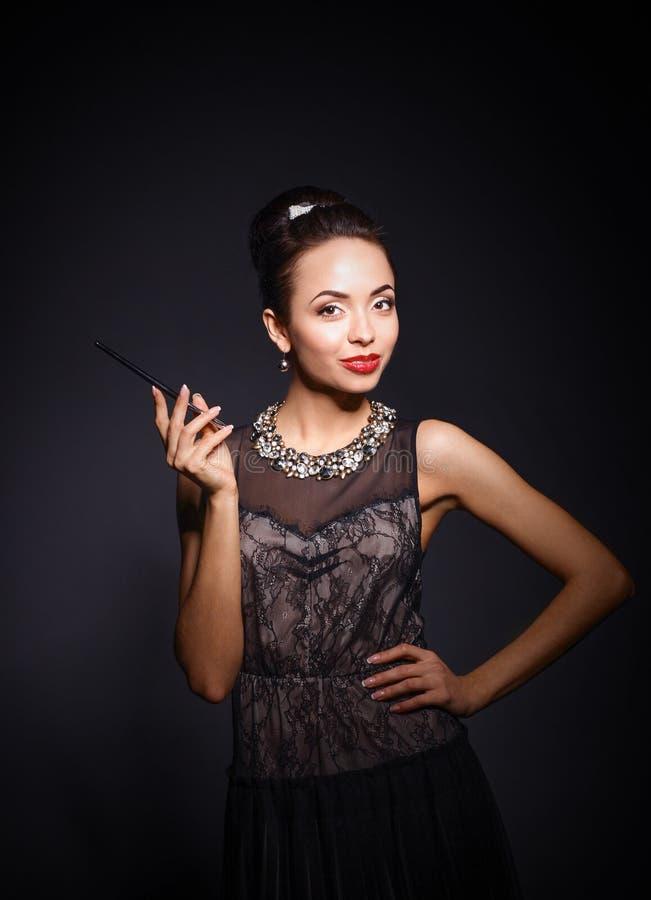 Портрет молодой красивейшей женщины с ювелирными изделиями стоковые фотографии rf