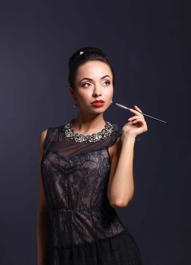 Портрет молодой красивейшей женщины с ювелирными изделиями стоковое фото