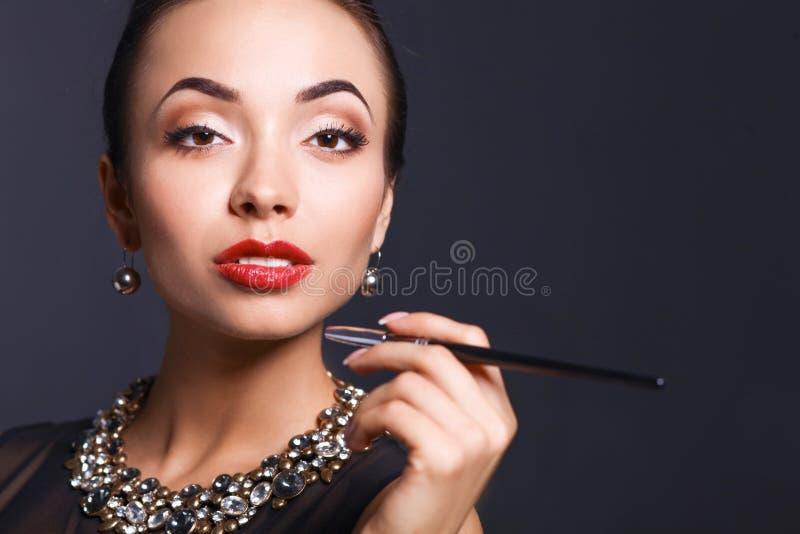 Портрет молодой красивейшей женщины с ювелирными изделиями стоковое фото rf