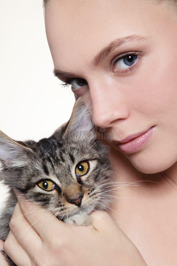 Девушка с котенком стоковое фото rf
