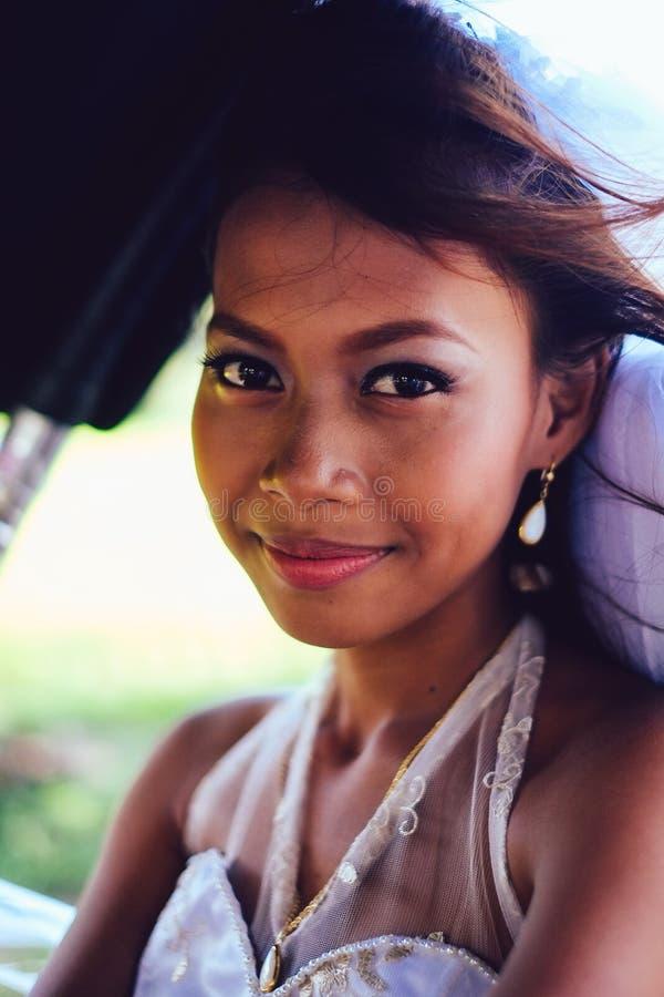 Портрет молодой красивой азиатской невесты на ее день свадьбы стоковое изображение