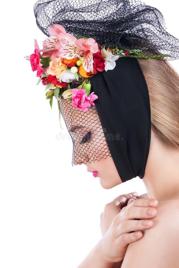Портрет молодой красивой девушки с вуалью на ее стороне стоковая фотография