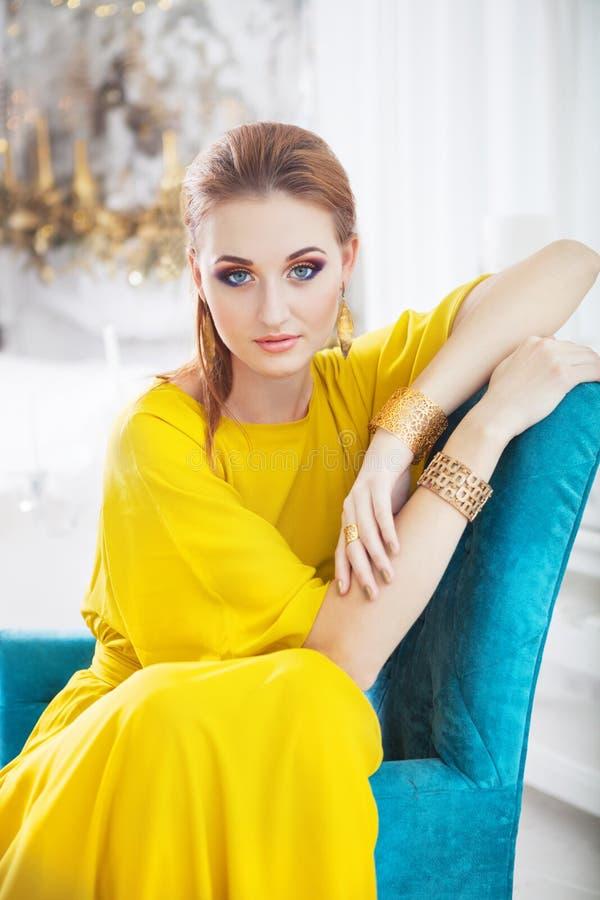 Портрет молодой красивой девушки с составляет стоковое изображение rf