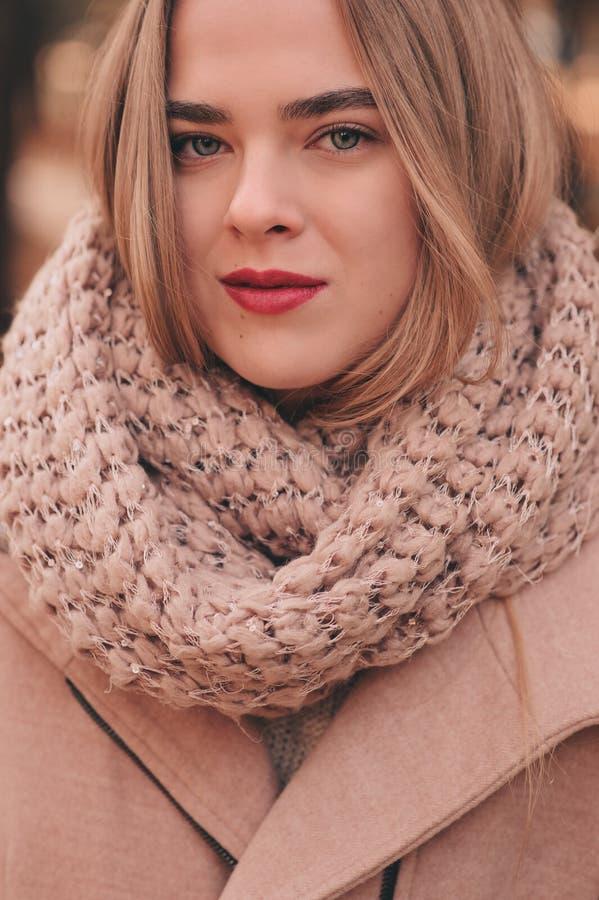 Портрет молодой красивой женщины идя в стильное теплое обмундирование в солнечном дне осени в парке, нося розовом пальто и связан стоковые фотографии rf