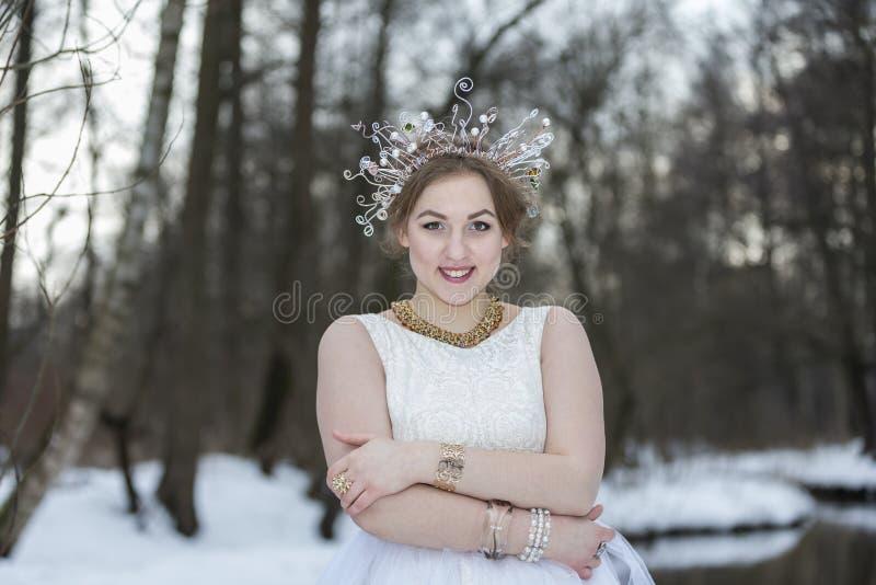 Портрет молодой красивой женщины нося крону с Rhinest стоковая фотография