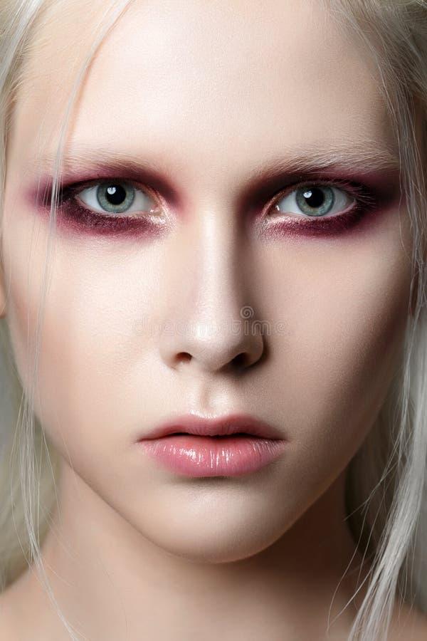 Портрет молодой красивой женщины с модой составляет стоковое фото