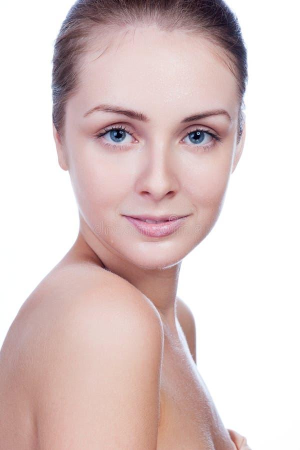 Портрет молодой красивой женщины с совершенной кожей в воде стоковое фото