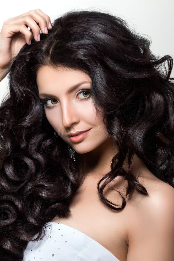 Портрет молодой красивой женщины с luxuriant черными волосами стоковое фото rf