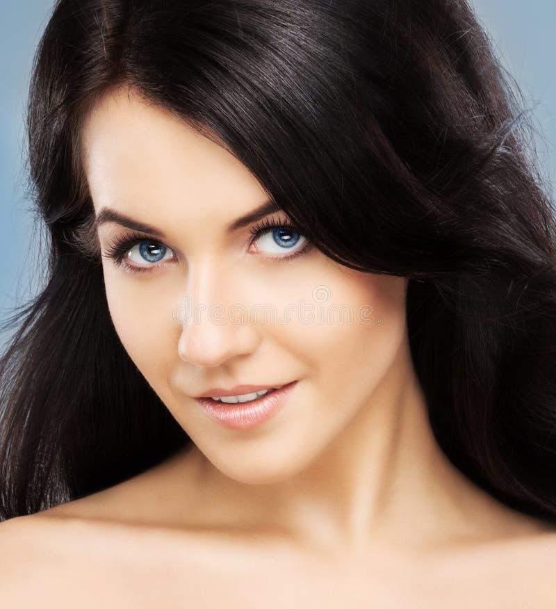Портрет молодой, красивой и милой девушки стоковые фотографии rf