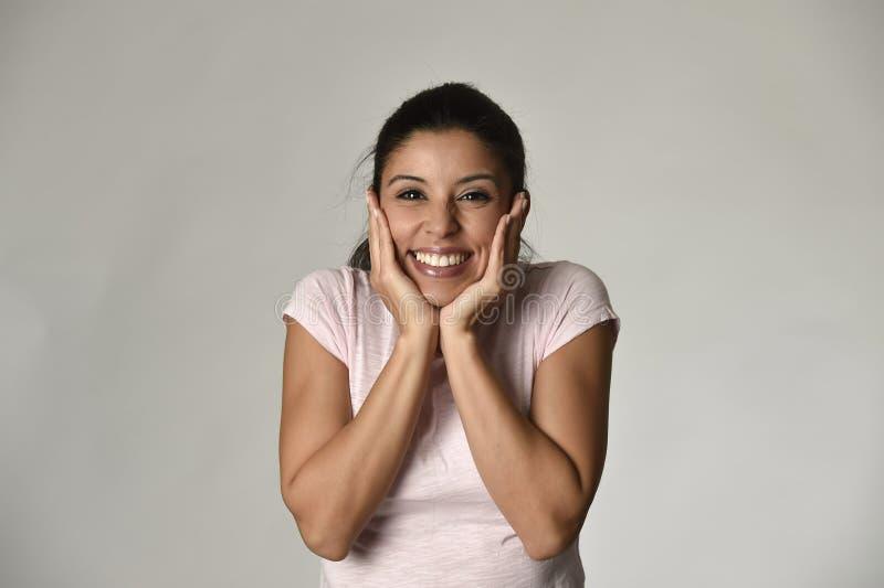 Портрет молодой красивой и счастливой латинской женщины держа сторону с руками с большой зубастой улыбкой стоковое изображение rf