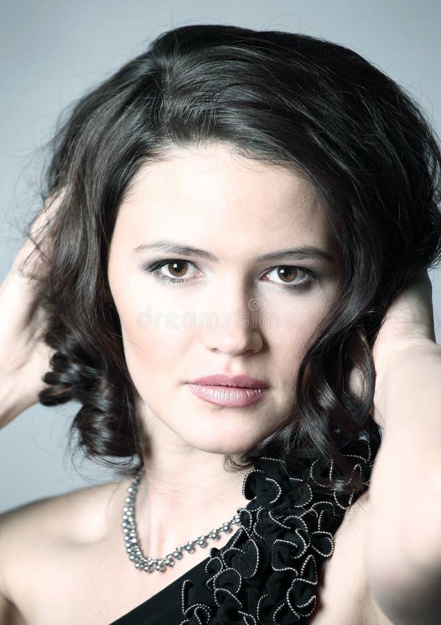 Портрет молодой красивой темн-с волосами женщины стоковое фото rf