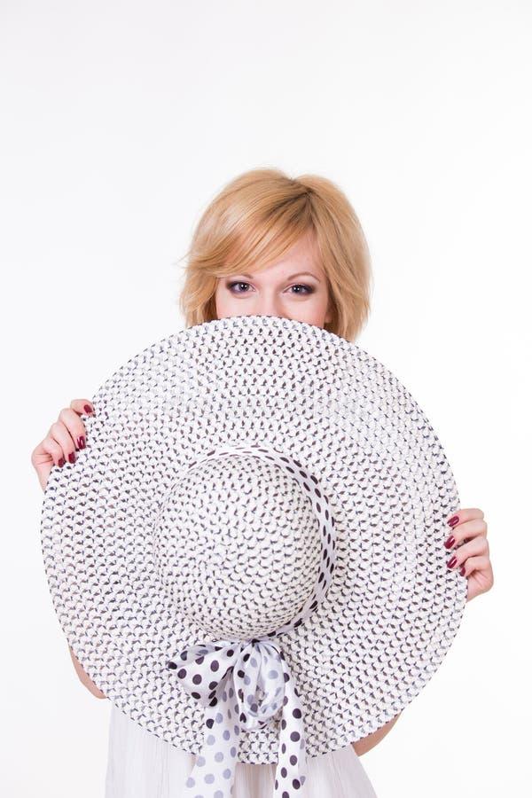 Портрет молодой милой женщины в элегантный усмехаться шляпы стоковая фотография