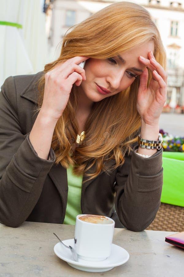 Портрет молодой милый сидеть элегантной женщины внешний в кафе i стоковое фото rf