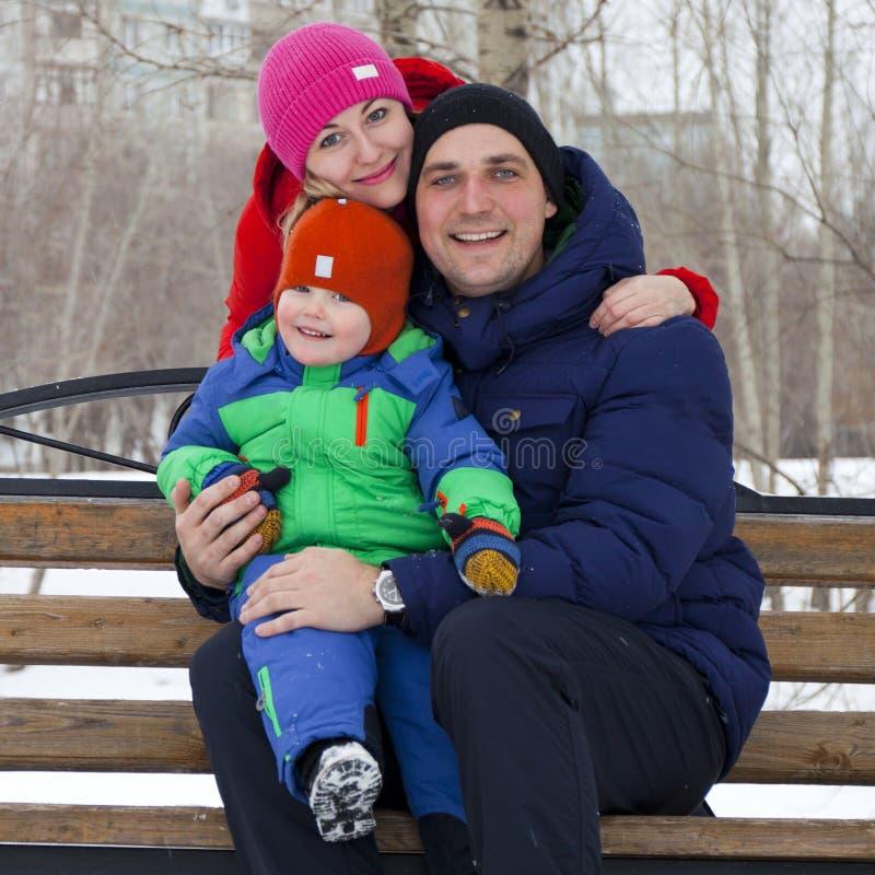 Портрет молодой пары в влюбленности, родителей представляя в зиме стоковое фото