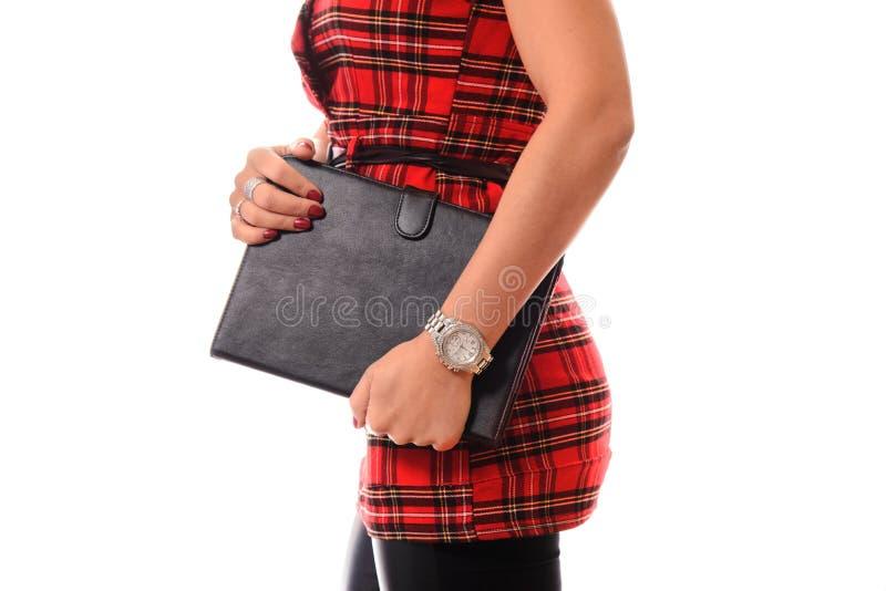 Портрет молодой привлекательной женщины брюнет используя планшет стоковое фото