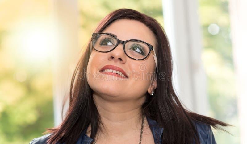 Портрет молодой привлекательной женщины смотря вверх, световой эффект стоковая фотография rf