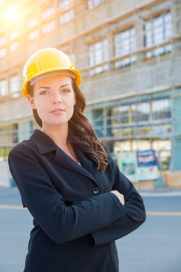 Портрет молодой привлекательной профессиональной женской носки подрядчика стоковое изображение