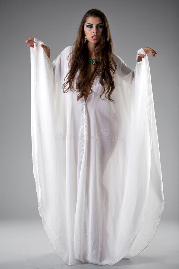 Портрет молодой сексуальной женщины в белой тунике арабской стоковая фотография rf