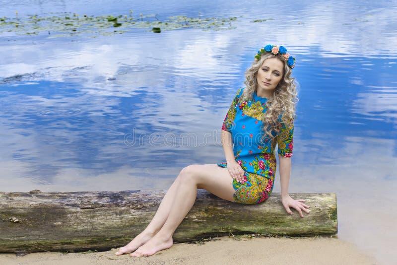 Портрет молодой серьезной женщины около воды стоковая фотография rf