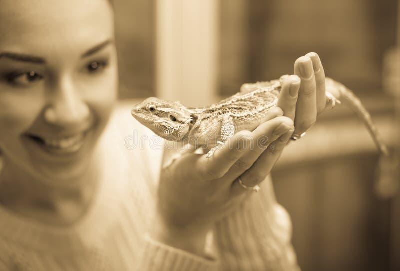 Портрет молодой счастливой женщины держа ящерицу стоковое изображение rf