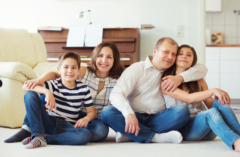 Портрет молодой счастливой семьи с милой дочерью подростка и стоковое изображение