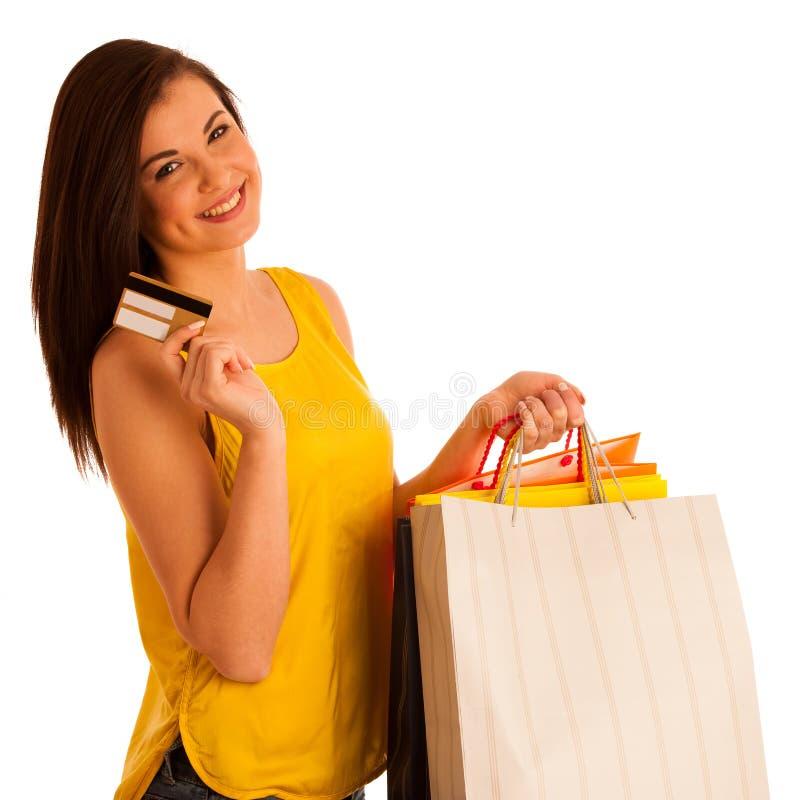 Портрет молодой счастливой усмехаясь женщины с хозяйственными сумками, isolat стоковые изображения