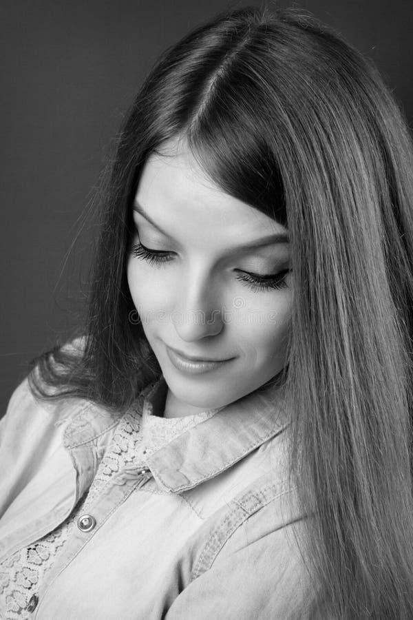 Портрет молодой унылой красивой девушки стоковая фотография