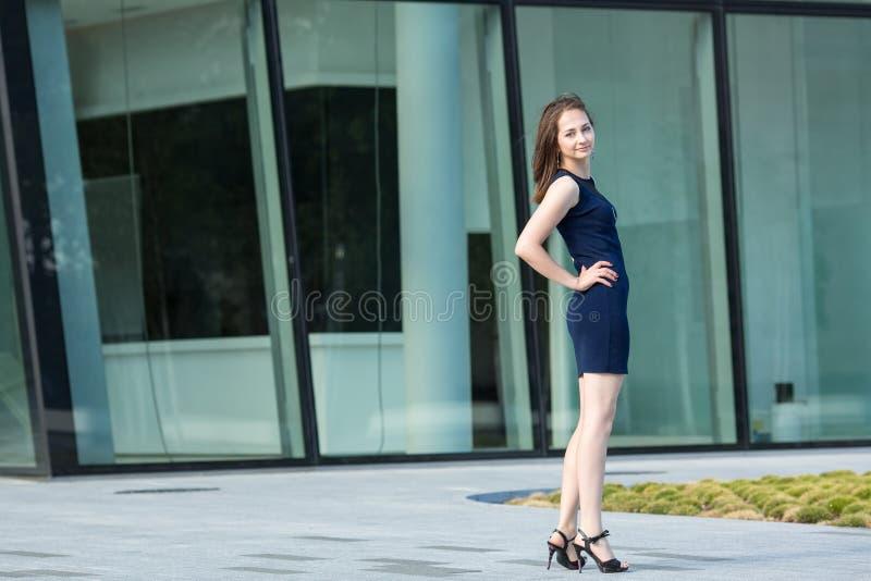 Портрет молодой усмехаясь бизнес-леди, полностью рост стоковое фото rf