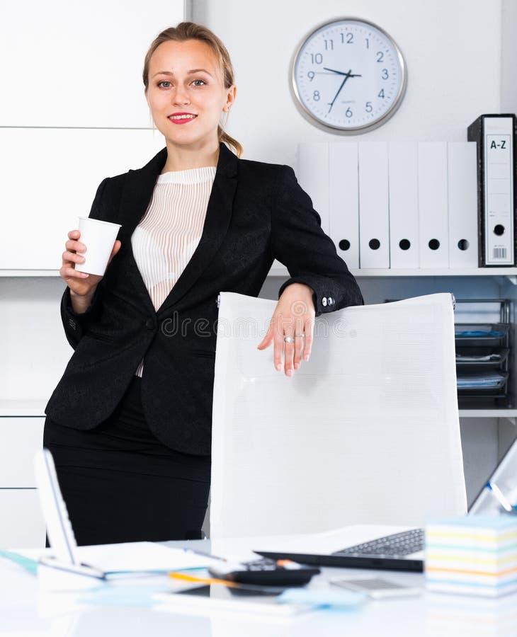 Портрет молодой усмехаясь девушки с чашкой стоковое изображение