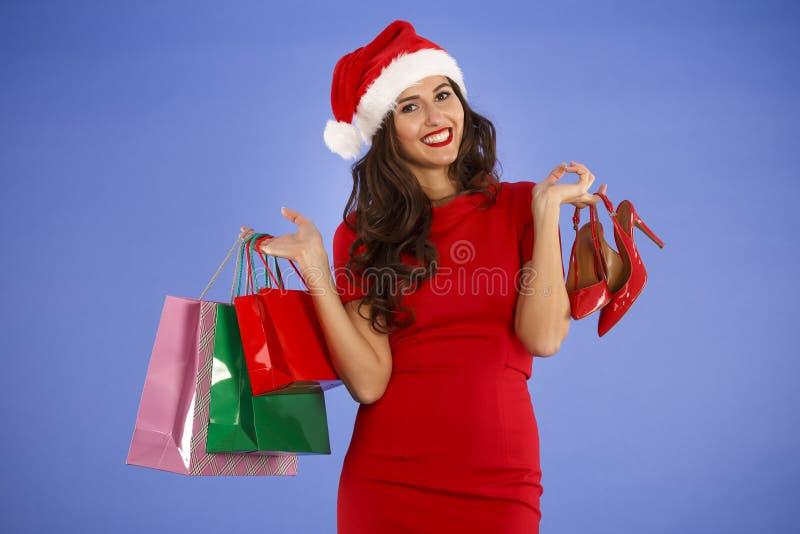 Портрет молодой усмехаясь женщины делая покупки перед christma стоковые фотографии rf