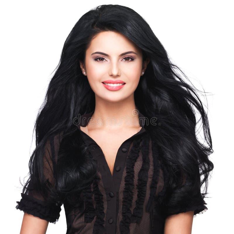 Портрет молодой усмехаясь женщины с длинными коричневыми волосами. стоковое фото