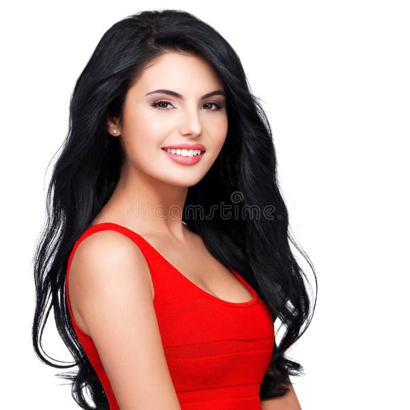 Портрет молодой усмехаясь женщины с длинными коричневыми волосами стоковая фотография rf