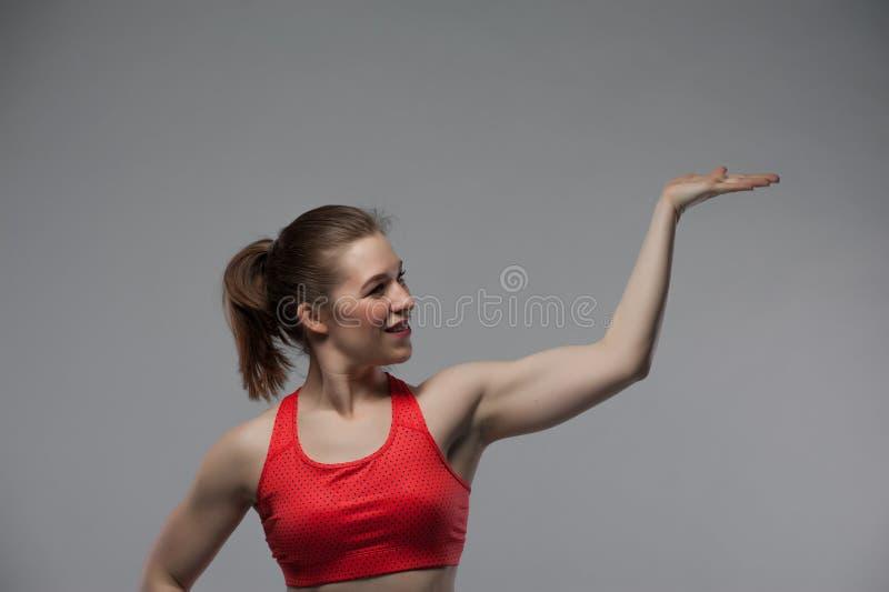 Портрет молодой усмехаясь женщины фитнеса стоковая фотография rf