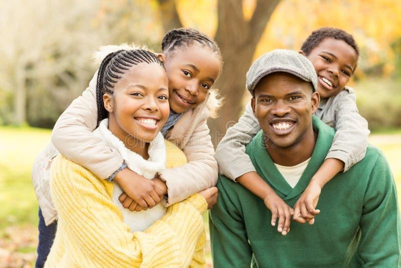 Портрет молодой усмехаясь семьи в автожелезнодорожных перевозках стоковая фотография rf