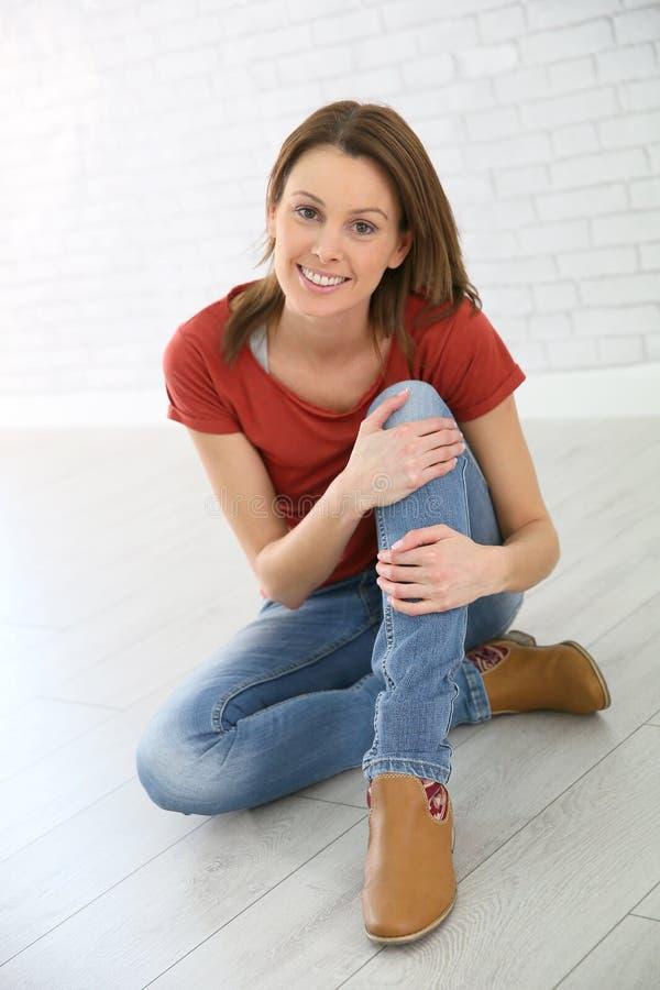 Портрет молодой ультрамодной женщины дома стоковая фотография