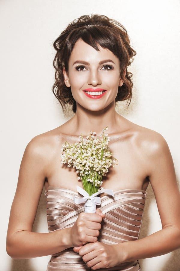 Портрет молодой шикарной невесты с букетом свадьбы стоковое фото rf