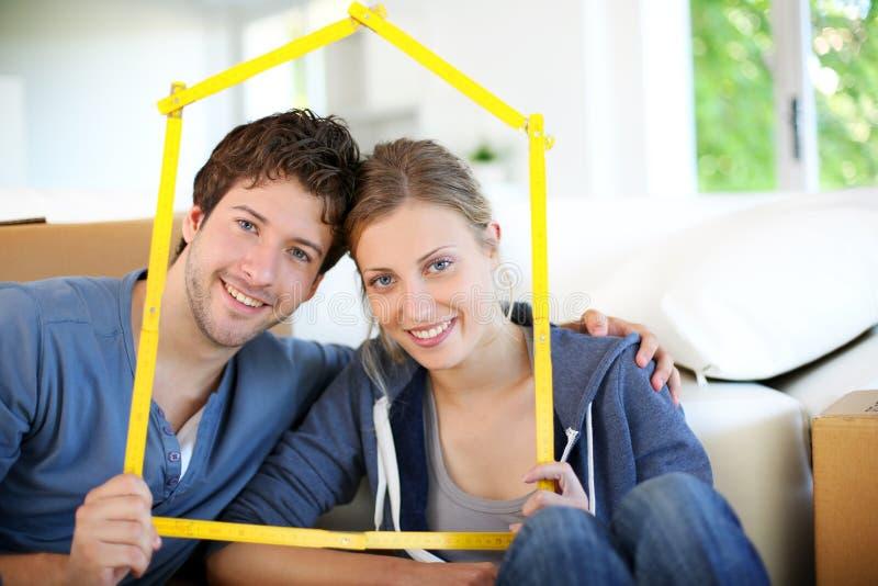 Портрет молодых владельцев недвижимого имущества стоковые изображения rf