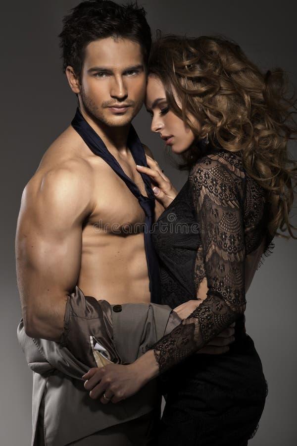 Портрет молодых пар в представлять влюбленности стоковое изображение