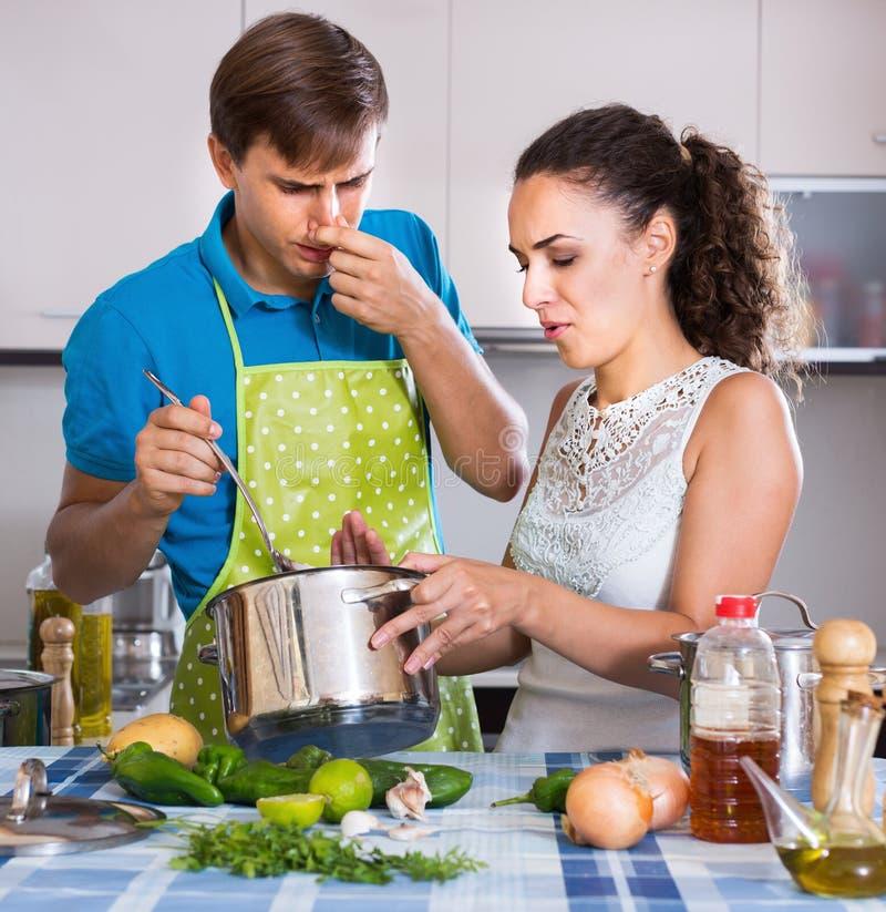Портрет молодых пар с воняя едой стоковое изображение