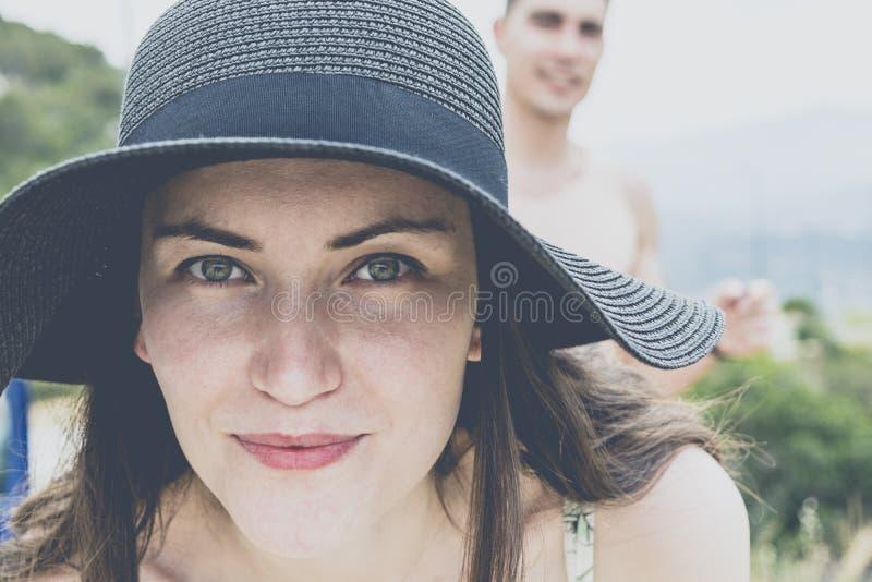 Портрет молодых пар усмехаясь в путешествии вокруг острова на солнечный день Конец-вверх девушки объектив Концепция relaxatio стоковые изображения rf