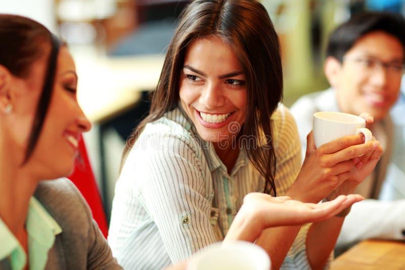 Портрет молодых усмехаясь коммерсанток стоковое фото rf