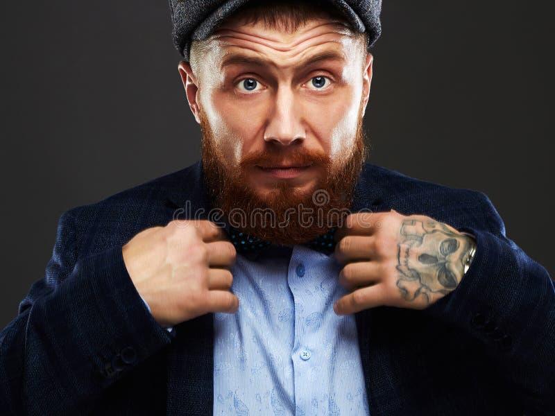 Портрет моды бородатого человека в костюме Старый мальчик битника Красивый человек в шляпе Жестокость стоковые фотографии rf