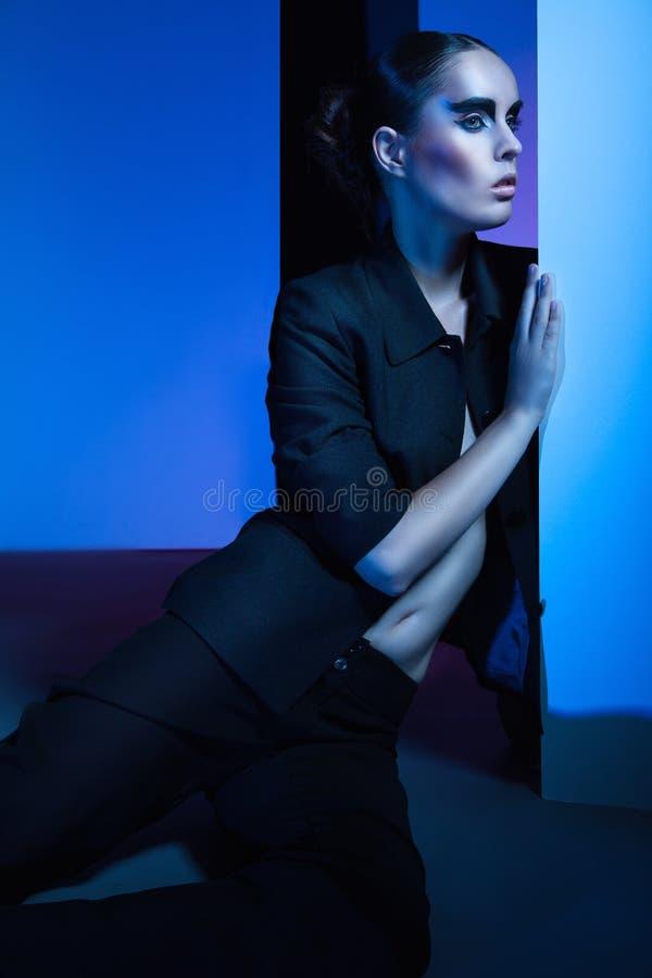 Портрет моды женщины над красочной предпосылкой стоковые фото