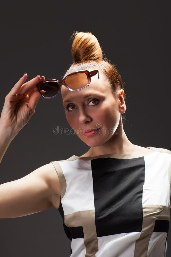 Портрет моды красивой женщины брюнет стоковое фото