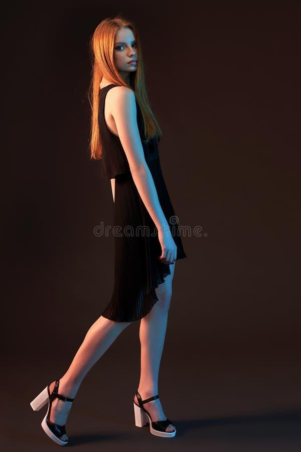 Портрет моды красивой красной с волосами девушки стоковая фотография