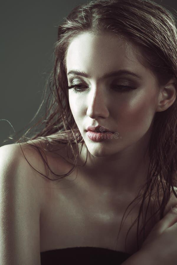 Портрет моды молодой привлекательной женщины Влажные стильные составляют стоковое фото