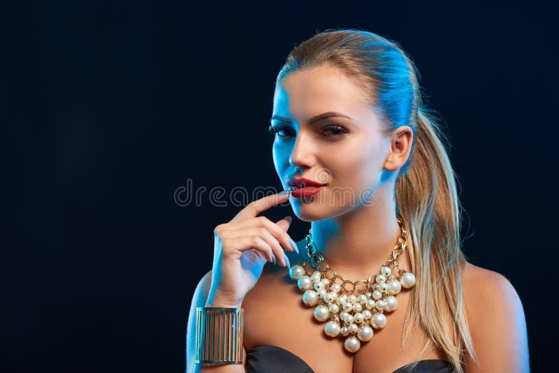 Портрет моды очарования крупного плана молодой женщины стоковая фотография rf