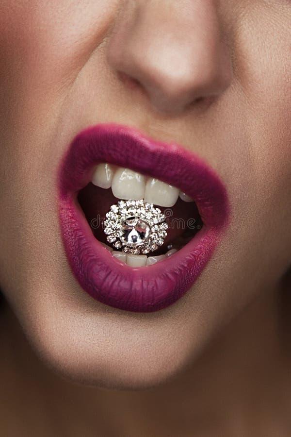 Портрет моды студии привлекательной женщины с драгоценной камнем в ей стоковые фото