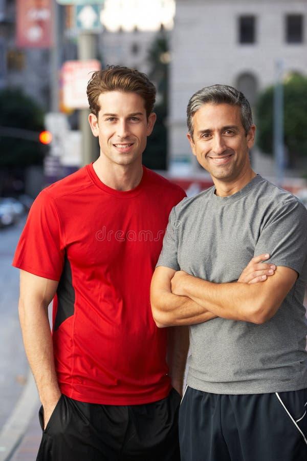 Портрет 2 мужских бегунов на городской улице стоковые изображения rf