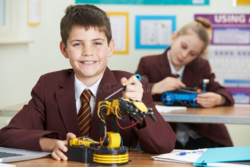 Портрет мужского зрачка в уроке науки изучая робототехнику стоковое изображение